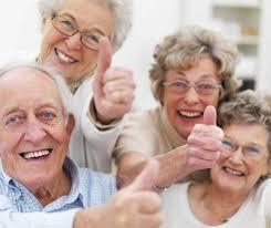 กลุ่มผู้สูงอายุยิ้มๆ
